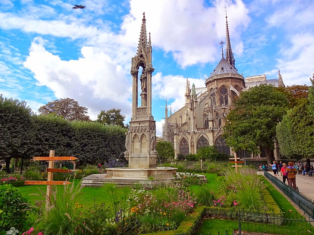 Picture of the Notre Dame garden area Paris